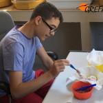 Sergio da de comer a 'Pepe', el primer pollo de cernícalo primilla que nació en nuestras instalaciones en 2015.